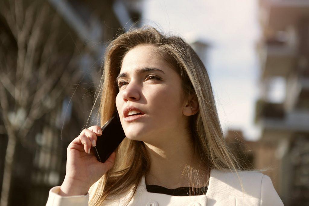 mulher no celular pedindo orçamento