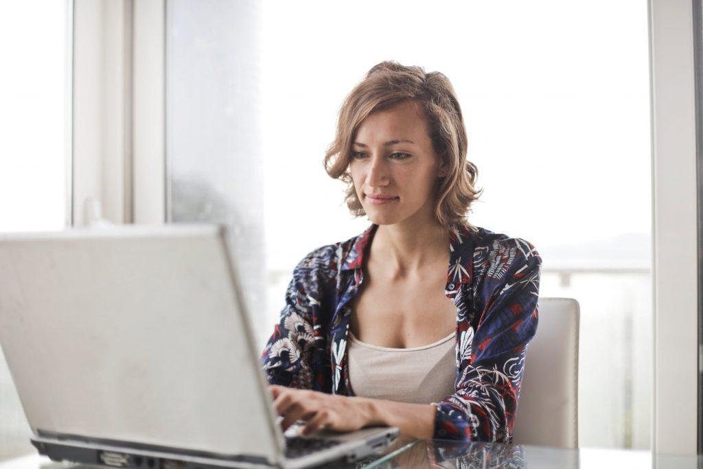 mulher no laptop feliz com a tradução